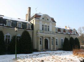 Dewastacja pałacu w Mielnie? Starostwo milczy, świadkowie mówią