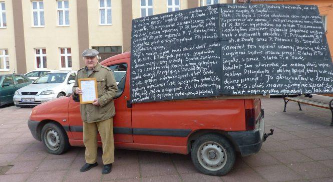 Swoje poparcie dla rządu PiS deklaruje na tablicy