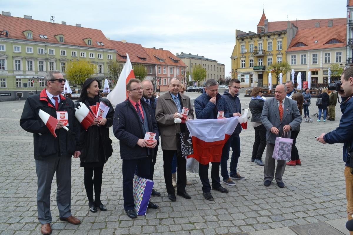 Promowali symbole narodowe w Dniu Flagi
