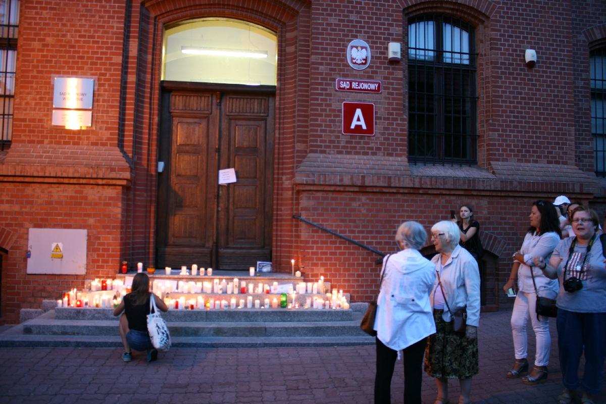 """Żywy """"łańcuch światła"""" rozbłysł Gnieźnie dla obrony sądownictwa"""