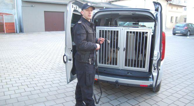 Przewodnicy psów służbowych z nowym radiowozem