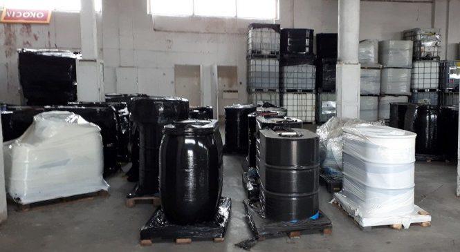 Beczki z chemikaliami w hali w Miłosławiu