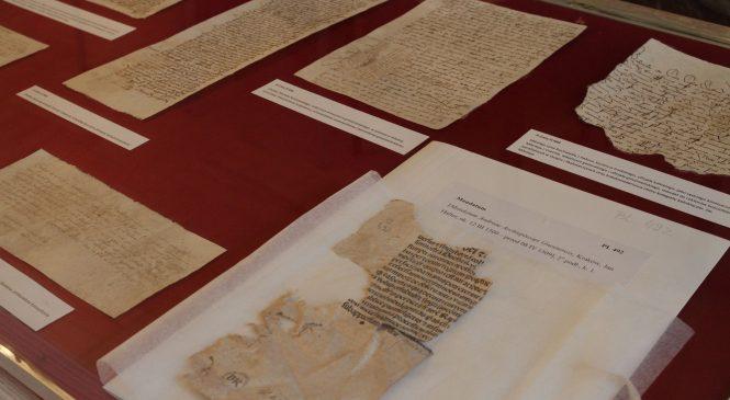 """Zakonserwowano kolejną partię dokumentów zwanych """"skarbem z katedry"""", które… izolowały sklepienia bazyliki. Najstarszy pochodzi z 1399 roku"""