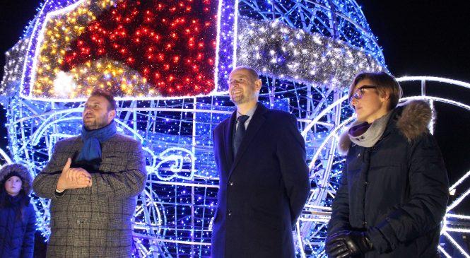 Park Trzech Kultur otwarty po rewitalizacji. Bożonarodzeniowa iluminacja do końca stycznia