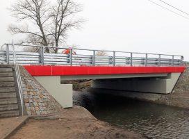 Koniec objazdów. Brzegi Małej Wełny spięte w Kłecku nowym mostem