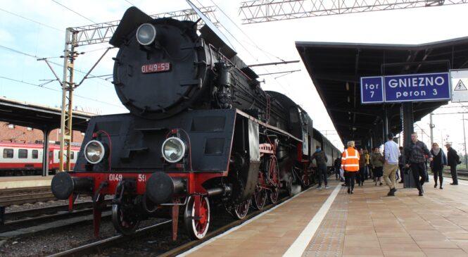 Koleje Wolności na gnieźnieńskim peronie. Ciekawa lekcja w wagonach historycznego pociągu