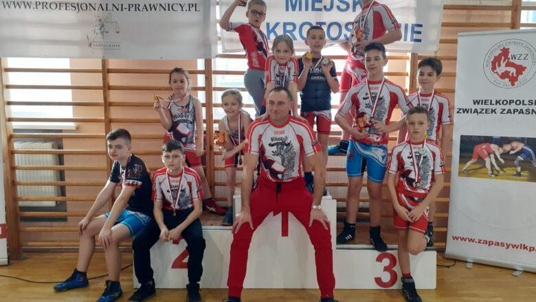 Zapaśnicy Husarza z medalami