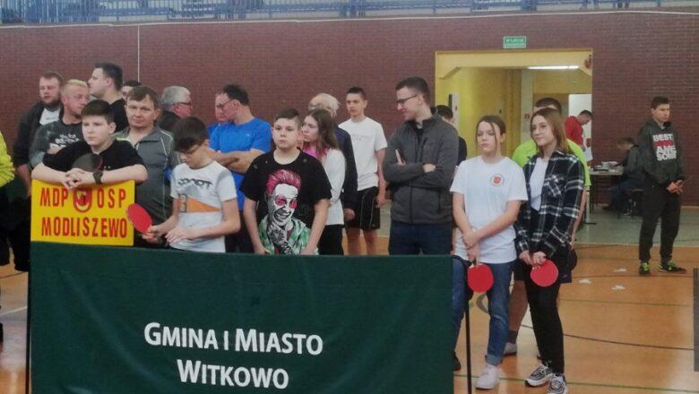 Strażacy przy stołach tenisowych