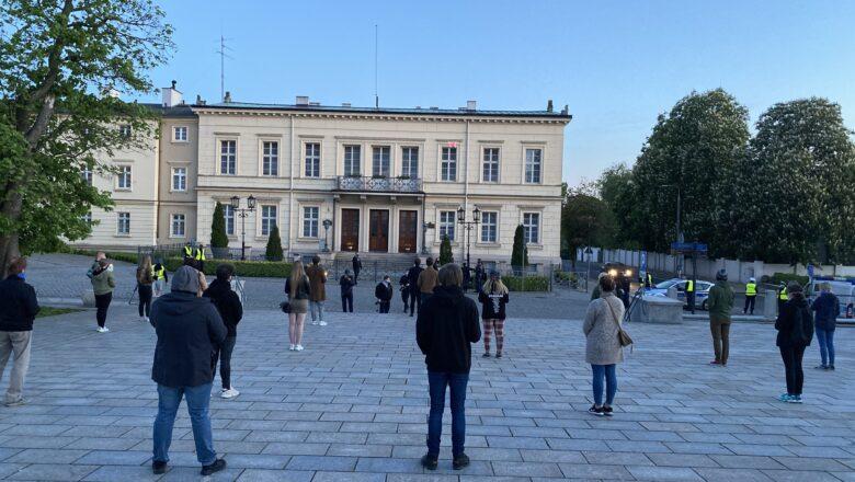 Cichy protest przed Pałacem Prymasowskim