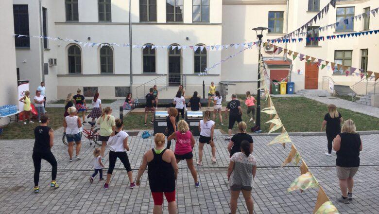 Mieszkańcy zatańczyli na dziedzińcu Starego Ratusza
