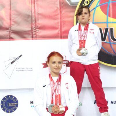 Reprezentantki Kiszkowskiego Klubu Karate z medalami