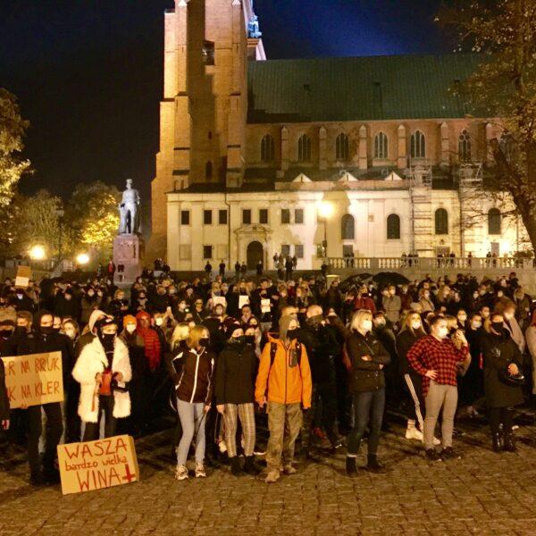 Protest kobiet przed Pałacem Prymasowskim